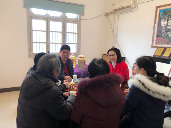A group company organized the New Year Spring Festival and the Spring Festival condolences.